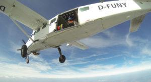 Der Freifall geht los - Cessna C08 beim Absetzen